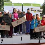 Uz goda pjedestāla bērnudārzu «Sprīdītis» (no kreisās), «Zelta Sietiņš» un «Urdaviņa» audzēkņi.