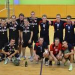Turnīra «Jumpravas zelta rudens» uzvarētāji tīnūžnieki (no kreisās) kopā ar 2.vietas ieguvējiem jumpraviešiem.