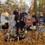 Rudenīgās uzvarētāju apbalvošanas laikā uz goda pjedestāla A vecuma grupas ātrākie skrējēji: Lielvārdes vidusskolas (no kreisās), Madlienas vidusskolas un Jumpravas vidusskolas komandas.