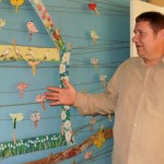 Jurijs Lanavojs demonstrē nesen «dzimušos» saimenieku rokdarbu putnus.