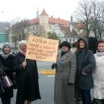 Mūsu pārnovadu skolotāju – piketētāju grupa ar savu plakāta vēstījumu finanšu ministram.