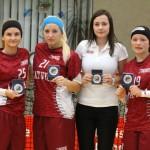 Lielvārdes florbola audzēknes Anna Žižkuna (no kreisās), Diāna Isjomina, Santa Torstere un Evita Rudzīte ar Triju nāciju kausa izcīņas turnīrā iegūtajām piemiņas balvām.