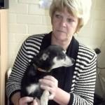 Zanda Roze priecājas par mazo Lesiju, kura izbarojusi svešu suņabērnu un kaķēnu.