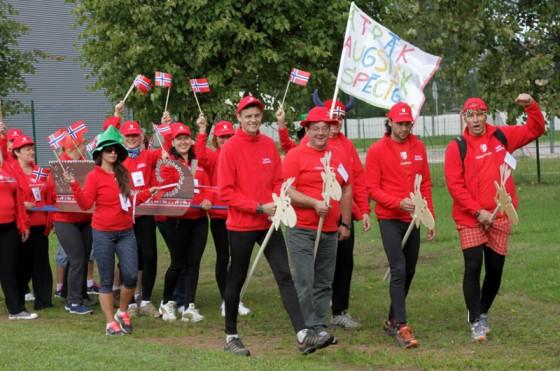 Skolotāju sporta spēļu atklāšanas parādē norvēģi jeb Ikšķiles vidusskolas pedagogi uz ziemeļbriežiem un ar visām kamanām.
