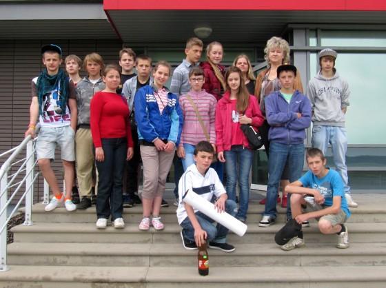 Lielvārdes 9.klase kopā ar audzinātāju Santu Mežvēveri pie dzimtās skolas.
