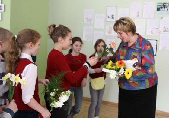 E.Kauliņa Lielvārdes vidusskolas ceturto klašu audzēkņi dzimšanas dienā sveic rakstnieci Māru Jakubovsku.