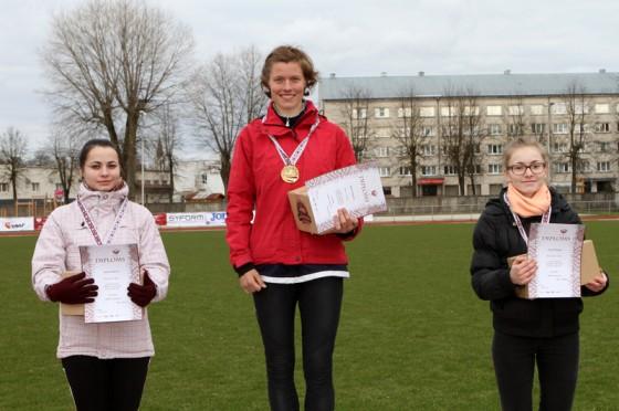 Uz goda pjedestāla ātrākās soļotājas starp sievietēm: ogrēniete Anita Čuhnova (no kreisās), ogrēniete Agnese Pastare un ludzāniete Jana Dūmiņa.