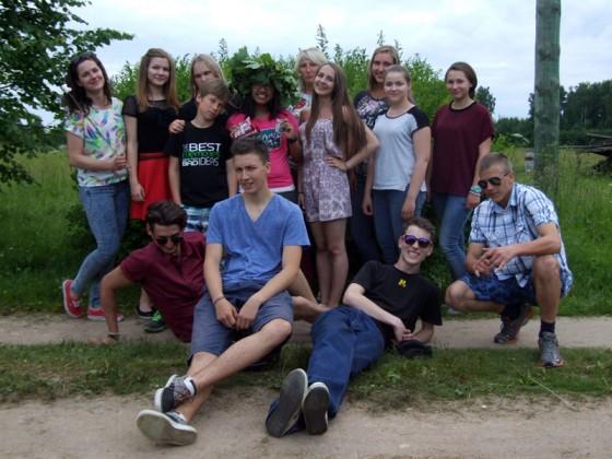 E.Kauliņa Lielvārdes vidusskolas nu jau 11.klases kolektīvs, atvadoties no savas klasesbiedrenes Mannapas Simmu (vidū, ar Jāņu vainagu galvā).