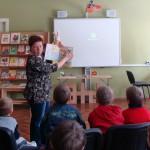 OCB Bērnu literatūras nodaļas vadītāja Iveta Skrebele kārtējā nodarbībā.