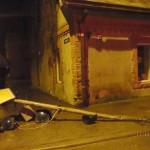 Tā izskatījās krustojums pašā Lielvārdes centrā pēc 11.decembrī notikušās avārijas. Negadījuma izraisītājs no notikuma vietas aizbēga, bet pašvaldības policijas darbiniekiem izdevās viņu atrast.