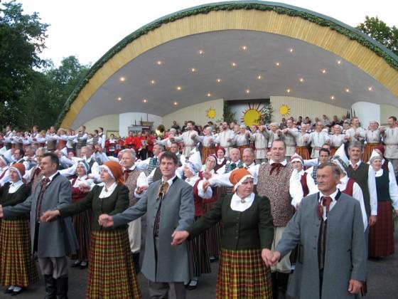 Koncerta noslēguma kopbilde – dziedātāji un dejotāji.