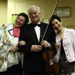 Zina Budaha (no labās) pirmās grāmatas atvēršanas svētkos Ogres Mūzikas skolā kopā ar dzejnieci Rasmu Urtāni (no kreisās) un vijolnieku Reini Galenieku.