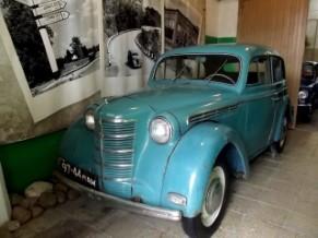 J.Buka teic, ka senās mašīnas pašas atrod viņu, gluži kā šis sapņu zilais moskvičs.