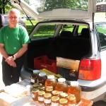 «Kalnozolu» saimnieks, biškopis Aigars Praličs ar savu veselīgi saldo produkciju Madlienas gadatirgū.