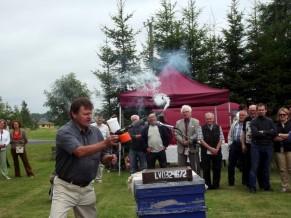 Lēdmanietis Tālis Sala demonstrē speciālu dūmotāju, kurš palīdz ļoti ātri un efektīvi tikt galā ar ērcēm.