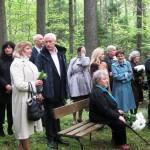 Piemiņas brīdī Kažociņu dzimtas kapos, priekšplānā Taurupes novadpētniecības muzeja vadītāja Inta Antone, aizmugurē Jānis Kažociņš.