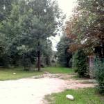 Kā bija vasarā, tā pašlaik – pie 7.nama Jaunā gatve pēkšņi «pazūd», lai atkal turpinātos aiz koku pudura.