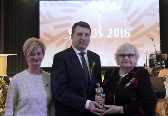 Lielvārdiete Malda Poikāne (no labās) kopā ar Valsts prezidentu Raimondu Vējoni un viņa kundzi Ivetu Vējoni, Latvijas Lauksaimniecības universitātē saņemot «Sējējs 2016» balvu.