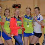 Meiteņu volejbola komanda «Ķegums» ar kausu par pirmo vietu un zelta medaļām.