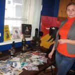 Eizenšteina komunikāciju centra Ķeipenē vadītāja Kristīne Antonova atsūtīto pasta kartīšu un maģisko kino laternu fonā.
